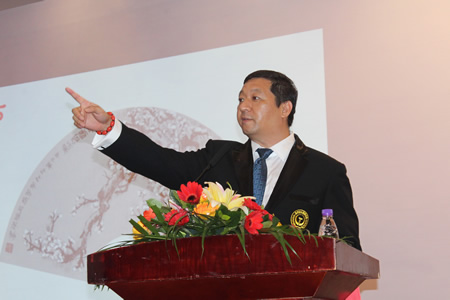 随后,赵山川先生代表主办单位现场为首批7名义教老师每人认捐图片